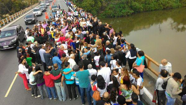 População deu as mãos e se uniu no abraço ao Rio Paraíba do Sul (Foto: Arlindo Novais)