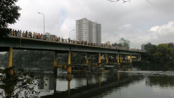 Ponte Dom Waldyr Calheiros, que liga os bairros Aterrado e Niterói, serviu de local para o abraço (Foto: Arlindo Novais)