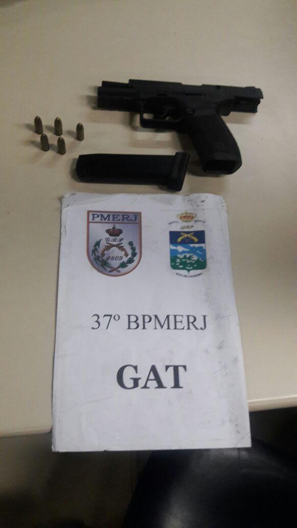 Arma foi apreendida por policiais militares após ser jogada pela janela do carro (foto: Cedida pela PM)