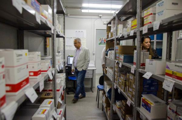 Visita: Ronaldo e Claudia verificam estoque de medicamentos na UPA Centro