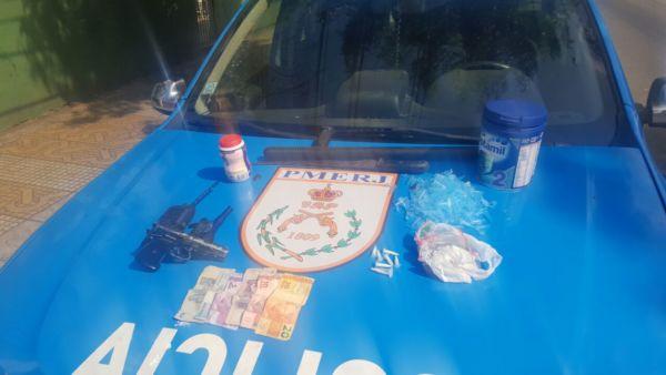 Pistola falsa, dinheiro e pinos com cocaína e vazios foram apreendidos (Foto: Cedida pela Polícia Militar)