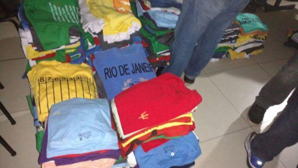 58a59a40b3 Camisas falsificadas de roupas famosas foram apreendidas no imóvel no  bairro Monte Castelo (Foto