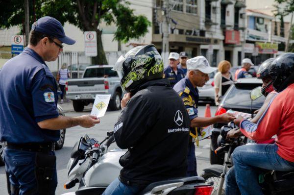 Informação: Entrega de material aconteceu no bairro Ano Bom e alertou sobre diversos temas do trânsito (Foto: Divulgação PMBM/Gabriel Borges)