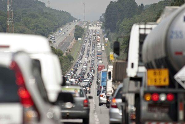 Engarrafados: Apesar de toda a falação sobre incentivo ao transporte público nada se faz (Foto: Arquivo)