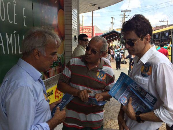 Na companhia do vereador Paulo Conrado e outras lideranças, Baltazar escutou a população e falou sobre a reta final da campanha (foto: Divulgação)