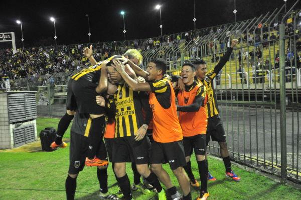 Festa: Jogadores comemoram o quarto gol, de Marcos Junior, que sacramentou vitória (Foto: Paulo Dimas)