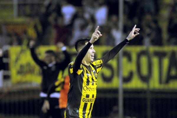 Alegria: Marcos Junior marcou duas vezes e saiu para comemorar o quarto dele no Raulino de Oliveira (Foto: Paulo Dimas)