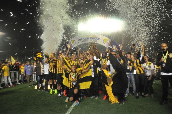 Incontestável: Campeões invictos comemoraram com a torcida ainda em campo a vitória e o título sobre o CSA-AL (Foto: Paulo Dimas)