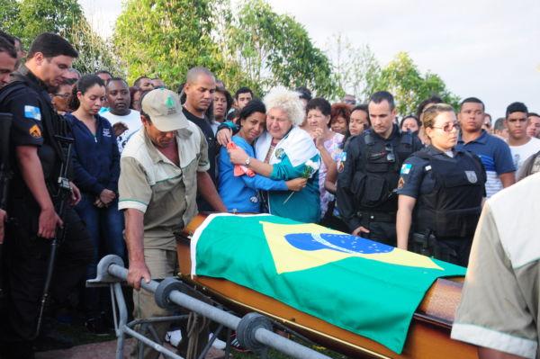 Comoção e tristeza: Viúva (no centro da imagem) é consolada por amigos e familiares (Foto: Paulo Dimas)