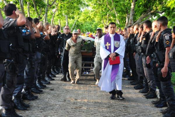 Com honras militares, o corpo do policial André de Jesus Silva foi enterrado no Cemitério Portal da Saudade (Foto: Paulo Dimas)