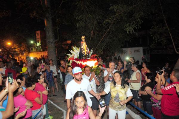 Fiéis: Milhares acompanharam de perto a imagem de Nossa Senhora Aparecida até chegar ao Rio Paraíba do Sul, em Barra Mansa (Foto: Paulo Dimas)