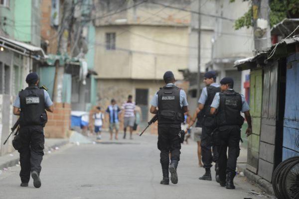 No local: Soldados da PM iniciam patrulha em uma área de UPP no Rio de Janeiro (Foto: ABr)