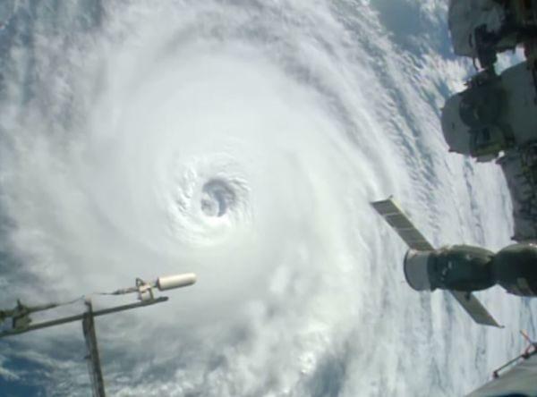 Olho: O centro do Matthew visto da estação espacial internacional