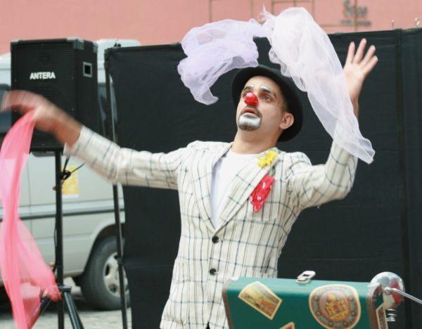 Magia do circo: Luciano Araújo há mais de 20 anos leva o palhaço Pamonha para encantar adultos e crianças