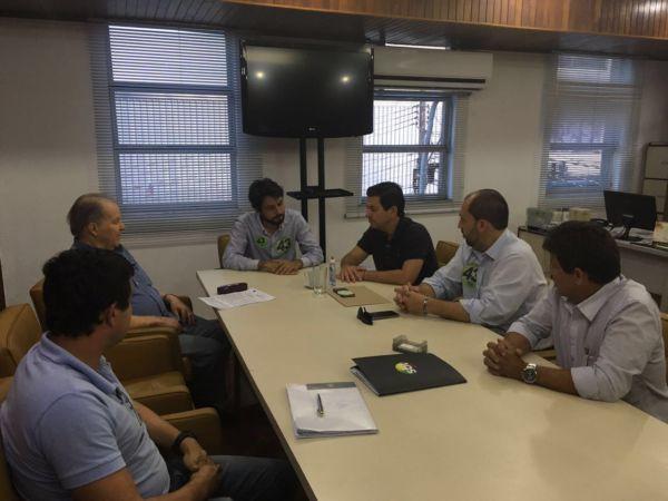 Em reunião na Aciap, Otávio Leite anuncia apoio a Samuca Silva, ao lado do vereador Pedro Magalhães e outras lideranças (foto: Assessoria de Imprensa)