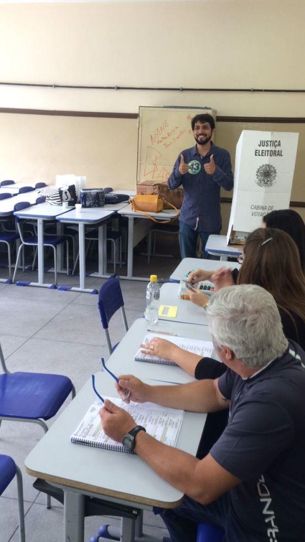 candidato à prefeitura Samuca Silva (PV) votou no Colégio Presidente Roosevelt, no Conforto (foto: Assessoria de Imprensa)