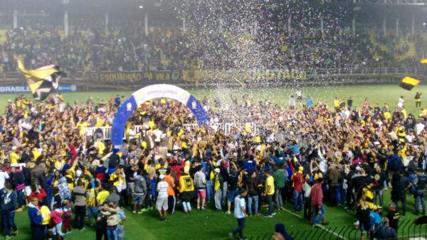Em êxtase: Torcida invadiu o gramado após a vitória por 4 a 0 (Foto: Enviada via WhatsApp por Rafael Paiva)