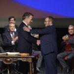Acordo selado: Juan Santos (à esquerda) e o comandante das Farc Rodrigo Timochenko apertam as mãos após assinatura do novo acordo de paz (Foto: César Carrión / SIG)