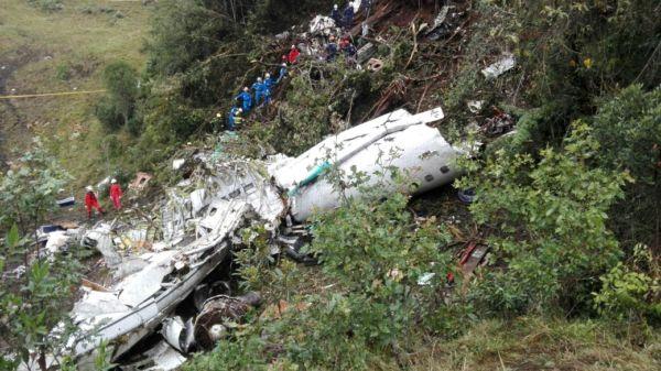 Tragédia: Equipes de resgate vistoriam a área onde estão os destroços do avião (Foto/FuerzaAereaColombiana)