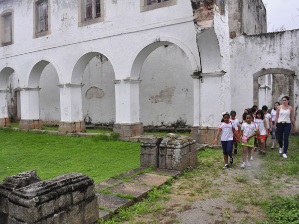 Estudantes conhecem a história do monumento e tiram dúvidas (foto: Divulgação)