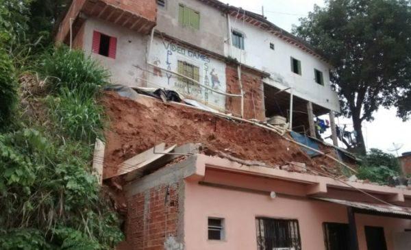 Sem feridos: Imóvel foi interditado devido ao risco de um novo deslizamento (Foto: Divulgação)
