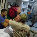 O ex-governador do Rio Anthony Garotinho saiu amparado pelos bombeiros do Samu, mas recusou-se a entrar na ambulância (Vladimir Platonow/Agência Brasil)