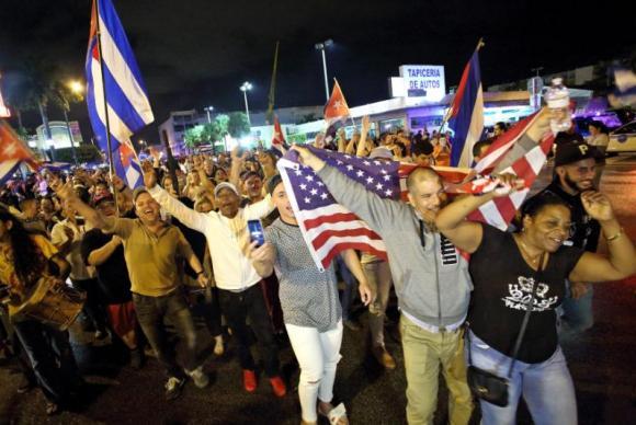 Nos Estados Unidos: Cubanos saíram às ruas de Miami para festejar a morte de Fidel Castro (Foto: Agência Lusa)