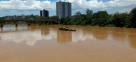 Vazamento de óleo no Rio Paraíba interrompe operação de estação de tratamento de água