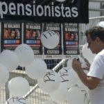 Rio de Janeiro - Manifestantes protestam na Assembleia Legislativa (Alerj), cento da capital fluminense, contra o pacote de corte de gastos do governo do estado. (Tomaz Silva/Agência Brasil)