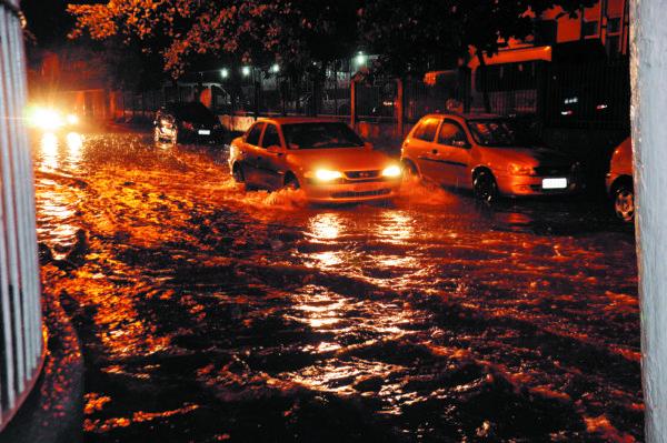 Ruas em Volta Redonda ficaram alagadas por conta do temporal do início da noite (Foto: Paulo Dimas)