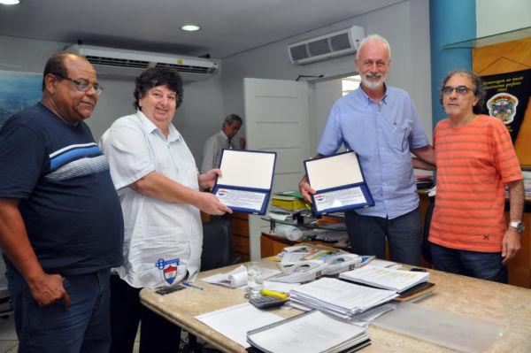 Neto e o vice-prefeito Carlos Roberto Paiva, ganharam o reconhecimento pelos investimentos no esporte amador (foto: ACS)