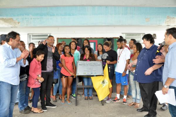 Inauguração de campo conta com a presença do deputado Deley e do prefeito Neto (foto: ACS)