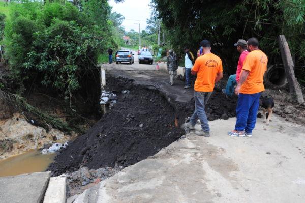 Pós-chuva: No bairro Lavapés, parte de uma ponte cedeu e está impedindo a passagem de motoristas (Foto: Paulo Dimas)