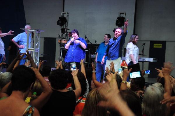 Neto é homenageado e fica emocionado durante evento na Ilha São João (foto: Paulo Dimas)