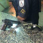 Revólver e pistola estavam com suspeitos presos na Estrada Marinas, no Centro de Angra dos Reis (Foto: Cedida pela Polícia Militar)