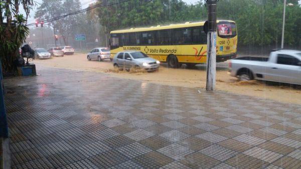 Na Beira-Rio, em Volta Redonda, ruas ficaram alagadas (foto: Enviada pelo WhatsApp)