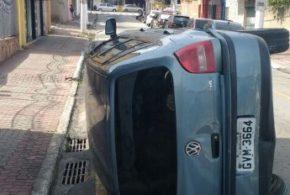Carro tomba no Centro de Volta Redonda e deixa idoso ferido