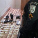 Armas, munições e drogas estavam no apartamento do casal (foto: Cedida pela PM)