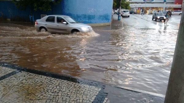 Em Barra Mansa, rua perto da prefeitura ficou alagada (foto: Aline Gouveia)