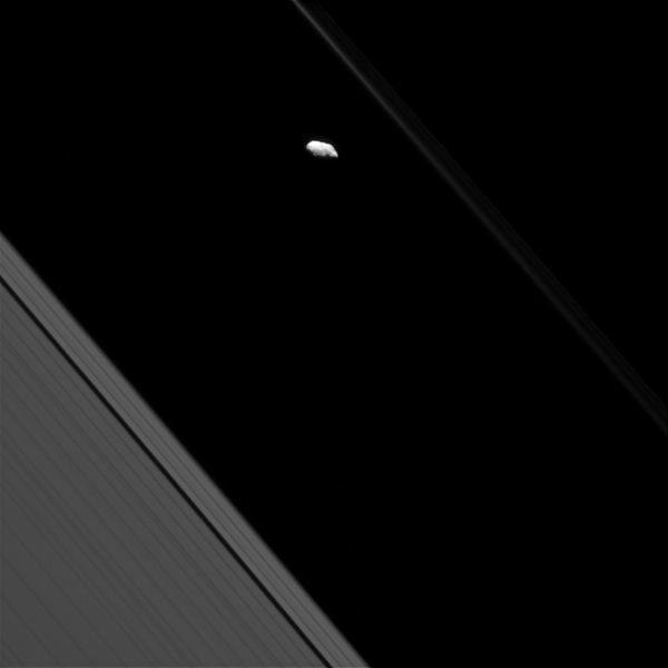 Imagem: O anel F e a lua Prometeu