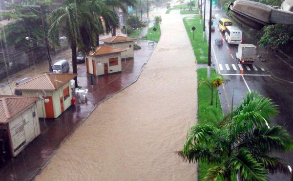 Temporal: Via Sérgio Braga e Avenida Nossa Senhora da Conceição 'viraram um mar' na chuva de terça-feiraem Volta Redonda (Foto: Enviada pelo WhatsApp por Miguel Mithidieri)