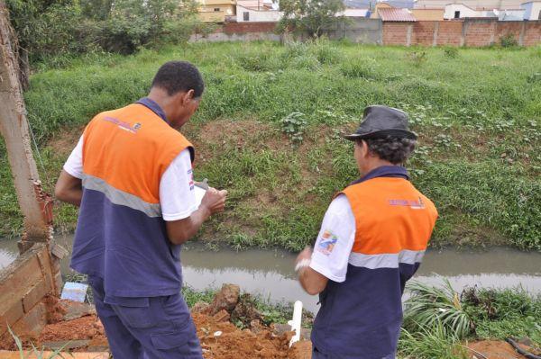 De prontidão: Em Resende, agentes da Defesa Civil têm monitorado o nível e o leito do Rio Sesmaria (Foto: Divulgação PMR)