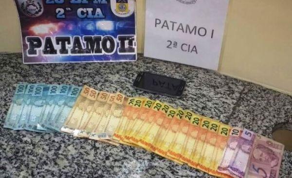 : Dinheiro que jovem ofereceu para não ser preso acabou sendo apreendido (foto: Cedida pela PM)