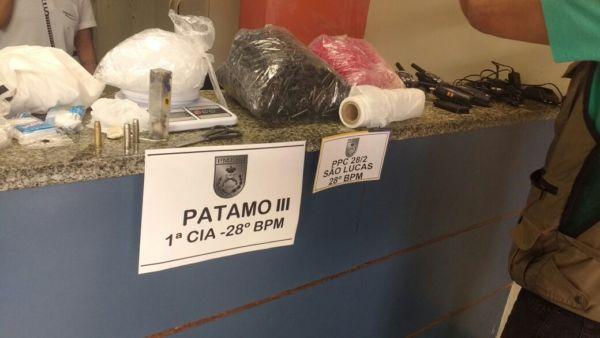 Policiais apreenderam drogas e material para endolação (foto: Cedida pela PM)