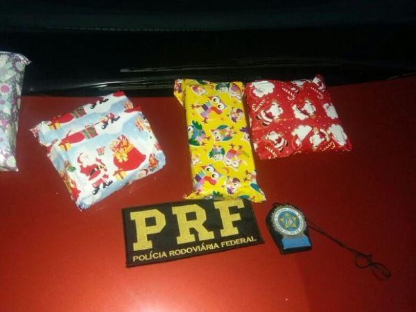 Droga estava embrulha em papel de presente (Cedida pela PRF)