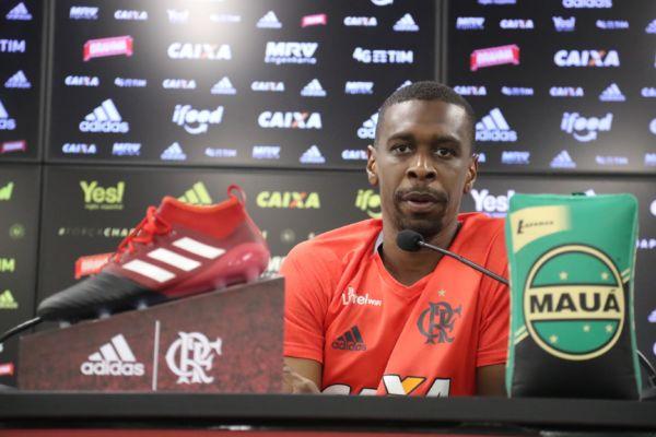 De contrato renovado: Zagueiro Juan também falou sobre sua permanência no clube em 2017 (Foto: Gilvan de Souza / Flamengo)