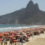 Médicos recomendam uso de filtro solar para quem vai tomar banho de mar sob sol (Foto: Agência Brasil/EBC)