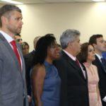 Cerimônia: Rodrigo, Profª Fátima e Marcelo Borges durante o Hino Nacional
