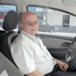 No batente: O taxista Aluízio Duarte de Barros disse que família costuma viajar enquanto ele trabalha nos dias de festa (Foto: Júlio Amaral)