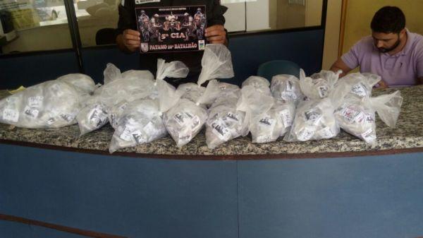 Pinos de cocaína estavam em 18 sacolas plásticas (Foto: Cedida pela Polícia Militar)